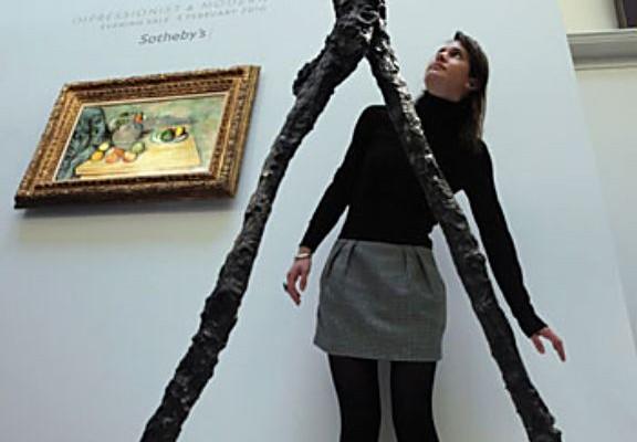 """""""Шагающий человек """" в выставочном зале аукциона Sotheby`s"""