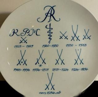 Первые фарфоровые изделия Мейсена несли на себе клеймо AR (Augustus Rex). С 1728 года появилось клеймо в виде скрещенных мечей, начертание которых помогает датировать антикварный фарфор.