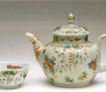 Чайник, 1746 – 1748 г. Фарфор, мануфактура Limehouse (Лондон). Расписан растительными мотивами под Какиемон в том же стиле, что и китайская чашечка 1700 – 1720 г. (рядом). Возможно, чайник и чашка были расписаны одним и тем же мастером в Голландии (или голландцем, работавшим в Англии). На примере двух предметов отчетливо видна разница между настоящим (китайским) и ранним искусственным (английским) фарфором.