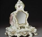 Зеркальце с подставкой для туалетного столика, 1756-1758 г. Мануфактура в Челси (Chelsea), мягкий фарфор, роспись цветной эмалью. Музей Виктории и Альберта, Лондон, Великобритания.